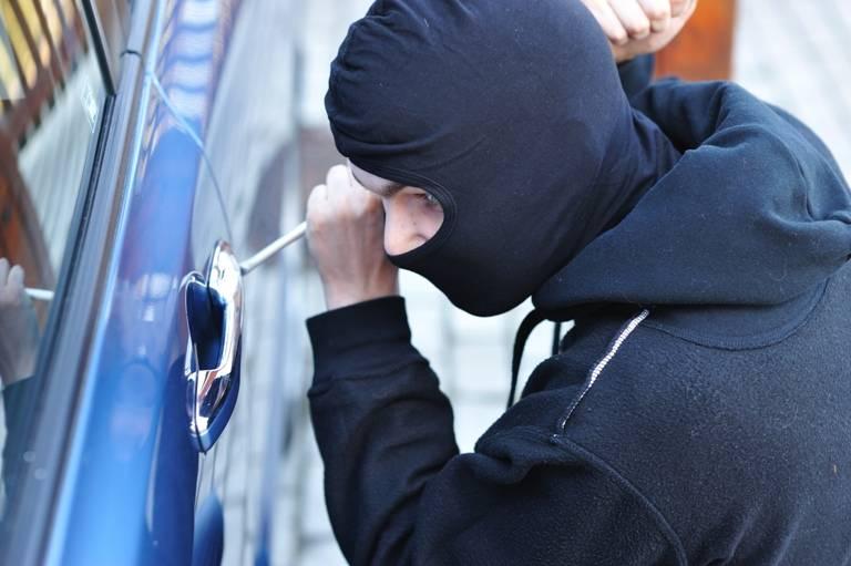 Un lugojean are mari probleme după ce a furat o maşină şi a şofat fără permis
