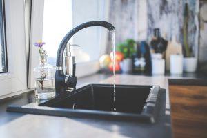 Atenționare: 3 din 8 români consumă apă nepotabilă!