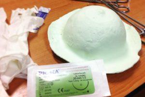 Zeci de studenți exersează tehnici chirurgicale aplicate în chirurgia plastică și reconstructivă în cadrul Simpozionului Studențesc BreasTM