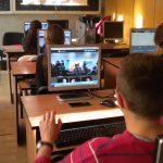 Elevii și studenții primesc 200 de euro de la Guvern pentru calculatoare