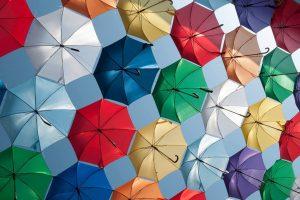 Acoperiș de umbreluțe colorate pe strada Alba Iulia