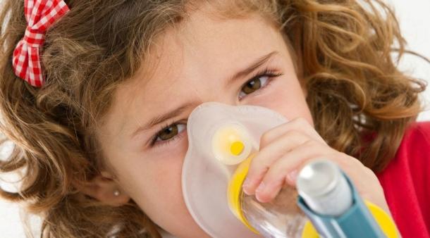Studiu alarmant: Copiii ai căror părinţi au acest obicei se îmbolnăvesc mai des