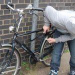 Bicicletă furată din bena unei autoutilitare. Hoţul a fost prins de poliţişti