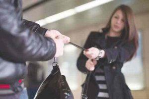 Atenţie la poşete, doamnelor! O timişoreancă a rămas fără portofel într-o staţie RATT