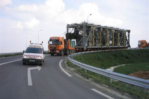 Atenție, șoferi! Un transport agabaritic dă peste cap traficul din vestul ţării!