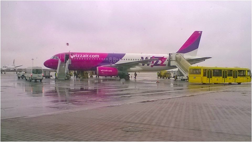 Ryanair şi Wizz Air, amendate pentru taxa pe bagajul de mână