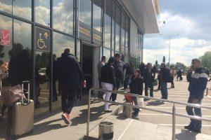 Zeci de oameni blocaţi de azi noapte în aeroport, din cauza condiţiilor meteo