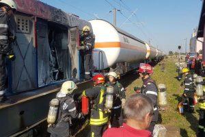 O locomotivă care tracta cisterne cu butan a luat foc în Timiş. FOTO