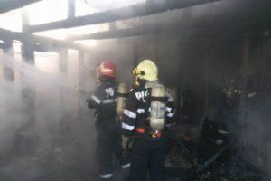 Flăcări mari au cuprins o casă din Timișoara