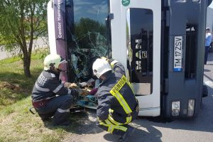 Camion încărcat cu paleți cu mase plastice, răsturnat în sensul giratoriu lângă Ghiroda