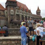 Mii de turiști au invadat Castelul Corvinilor