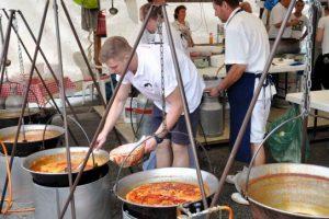 Ciorba de pește, cum numai la Szeged se face, se dă în festival. Când suntem așteptați la degustare