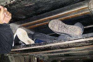 Şapte persoane intenţionau să iasă ilegal din România, ascunse sub o platformă de transport rutier