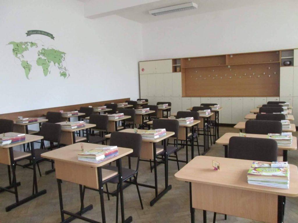 Zeci de școli din Timiș rămân închise și mâine