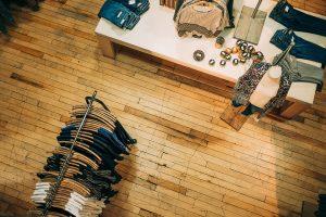Două fete de 15 ani, prinse la furat într-un magazin de haine