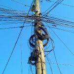 Operatorii reţelelor de comunicaţii au la dispoziție mai puțin de o lună să trecă în subteran cablurile