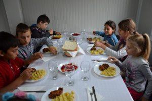 """Foto: Mitropolitul Banatului este """"Pâinea lui Dumnezeu"""" pentru copiii defavorizați din Timiș. Vezi ce a făcut"""
