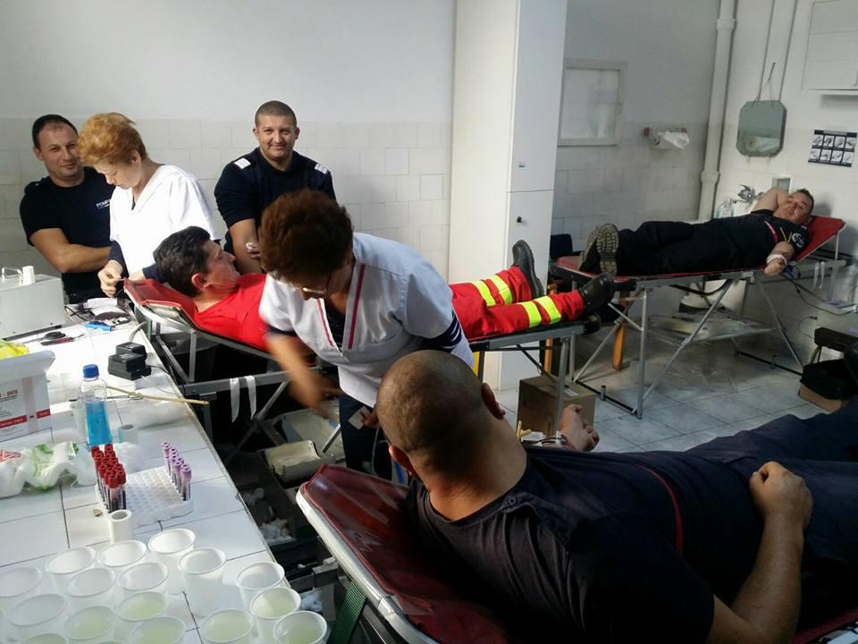 Pompierii din Sânnicolau Mare au donat sânge pentru o tânără mamă cu tumoare pe creier