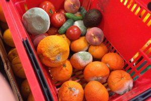 Zeci de kilograme de fructe și legume stricate, puse în vânzare
