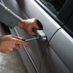 Tânăr prins după ce a furat bunuri de 1.500 de euro dintr-o maşină