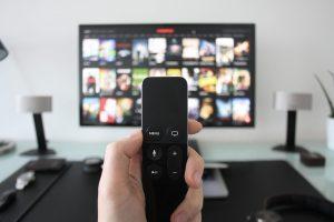 Cât timp își petrec românii în fața televizorului