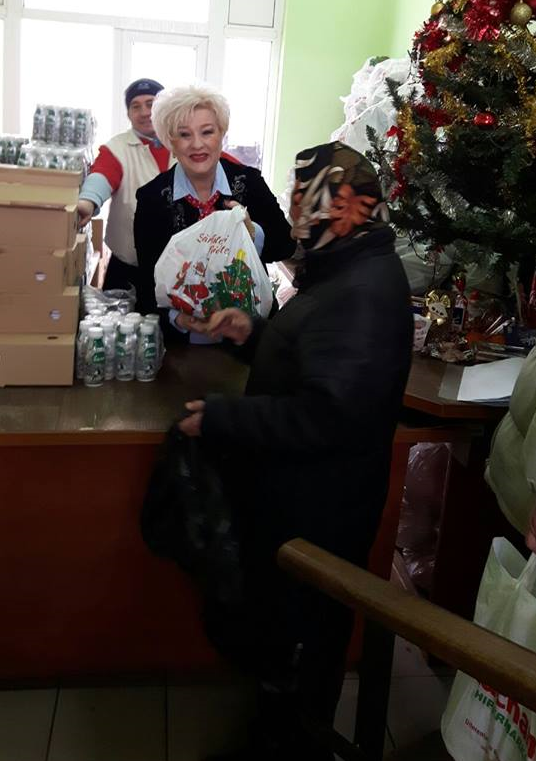 O mie de oameni nevoiași au primit o masă caldă de Crăciun