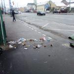 Coş de gunoi aruncat în aer cu petarde într-o staţie de troleibuz din zona Badea Cârţan