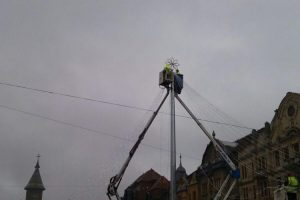 Se montează cupola de lumini la Târgul de Crăciun din Piaţa Victoriei