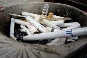 Fumatul dăunează grav buzunarului. De ce au dat amenzi poliţiştii locali din Timişoara