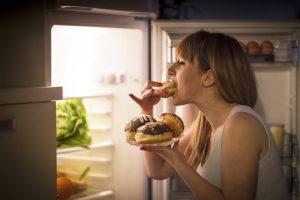 De ce nu e bine să mâncăm noaptea. Alimente care pot deveni periculoase pentru organism