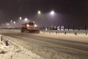 Peste 200 de utilaje au deszăpezit drumurile din vestul ţării noaptea trecută