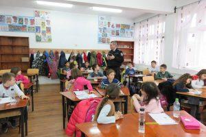 """Polițiștii locali din Timișoara au """"dat în mintea copiilor""""! Lecții de prevenire cu elevii din oraș"""
