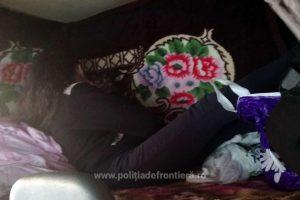 Minoră ascunsă sub o pătură, într-un microbuz, depistată la frontieră
