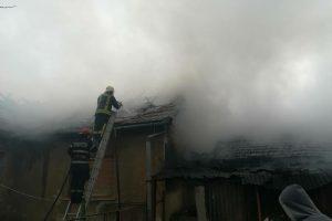 Acoperişul unei case, făcut scrum de un incendiu în ziua de Florii