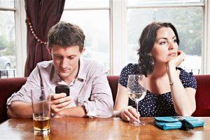 Aproape jumătate dintre români consideră telefonul mobil al partenerului principalul duşman al relaţiei