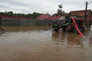 Timişenii din zonele afectate de inundaţii nu au apă potabilă în fântâni