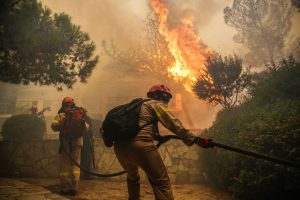 Te pregătești de concediu în Grecia? Incendii DEVASTATOARE și vreme capricioasă în zona Atenei