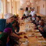 Sute de oameni nevoiași vor primi zilnic hrană caldă. Cine va găti pentru ei