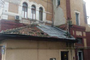 Copaci rupți și acoperișuri smulse de vânt la Timișoara