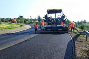 Foto: Asfalt ca-n palmă pe drumul care leagă județul Timiș de Hunedoara, între Coșava și Coșevița
