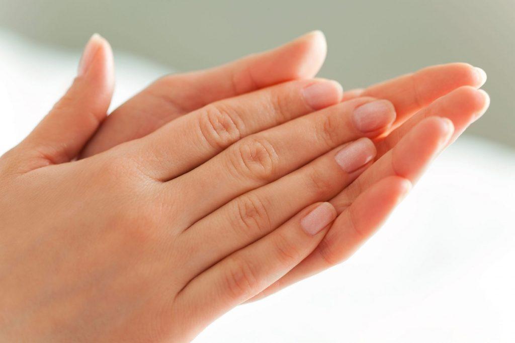 Amorţeala mâinilor, una dintre cele mai frecvente manifestări. Ce afecțiuni poate anunța