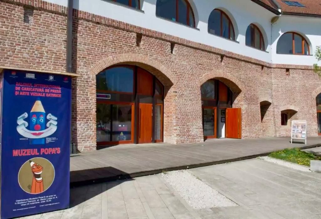 """Trei sute de caricaturiști se reunesc la deschiderea expoziției """"Muzeul Popa's"""", Salonul Internațional de Caricatură de Presă și Arte Vizuale Satirice"""