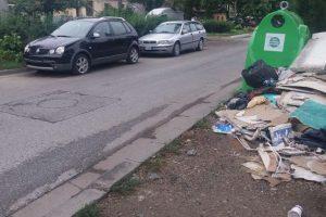 Depozitarea în jurul clopotelor verzi pentru colectarea sticlei a sacilor care conțin alte tipuri de deșeuri este interzisă