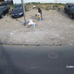Tânăr surprins de camerele video când arunca gunoi din mașină