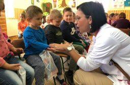 Sute de copii din Topolovăț au primit produse de igienă din partea Organizației de Femei ALDE Timiș