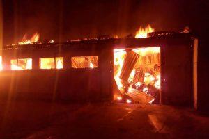 Incendiu de proporţii în Jimbolia. Au fost chemaţi în ajutor pompieri din Timişoara