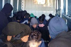 27 de migranţi irakieni și iranieni, descoperiți într-un microbuz la Nădlac