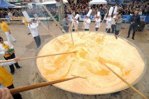 Omletă uriaşă preparată la Buziaş. Se vor folosi 1001 ouă