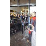 Un tânăr drogat a înjunghiat un bărbat și i-a furat mașina, apoi a intrat în mall și a rănit mai multe persoane