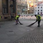 Beneficiarii de ajutor social mătură străzile în centrul Timişoarei